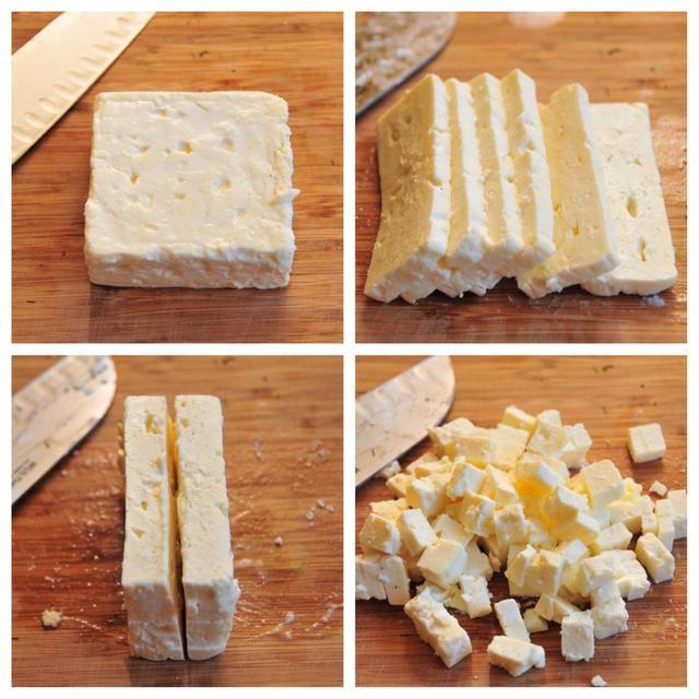 Yo prefiero comprar un bloque de queso feta con un poco de su líquido todavía en ella. Sólo parece mejor sabor que la clase que usted puede comprar desmenuzado. Cortar el queso feta, como la de arriba en la foto, a continuación, añadir a la taza.
