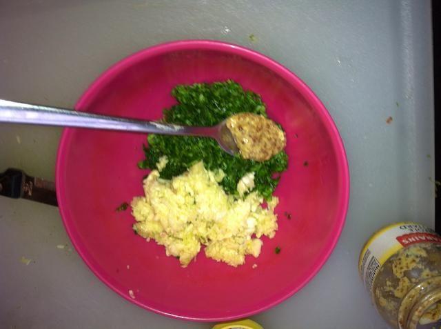 Añadir una cucharadita de mostaza criolla al perejil y ajo