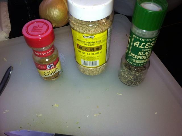 Una pizca de comino, cucharadita de semillas de sésamo y pimienta