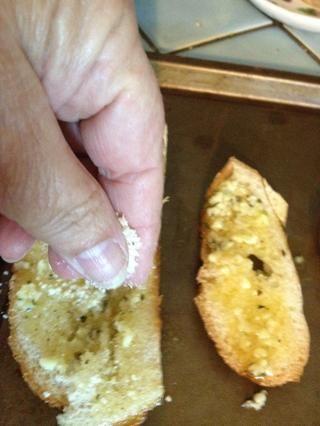 Siguiente espolvorear el queso rallado sobre cada rebanada.