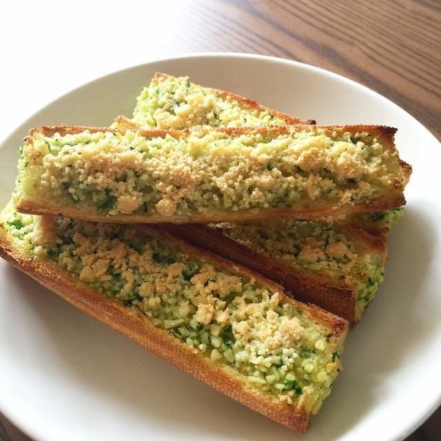 Recientemente hice pan de ajo de nuevo, me corte la baguette de esta manera y en el medio me metí más ajo. Bastante deliciosas!