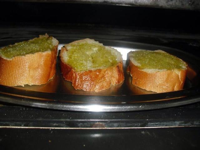 Hornear el pan de ajo durante 8-10 minutos con 170 grados C.