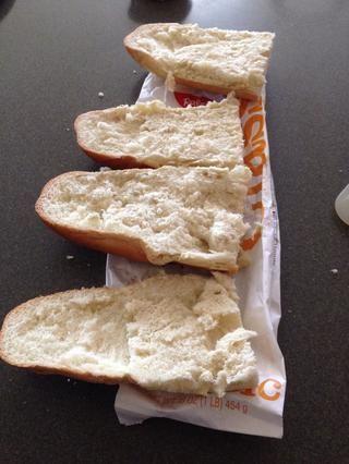Cortar el pan por la mitad y luego ambas rebanadas longitudinalmente.
