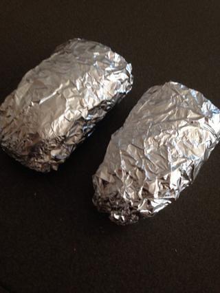 Envolver en papel de aluminio y hornear a 325 grados durante 15 minutos.