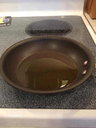 Caliente el aceite en una sartén pequeña a fuego medio.