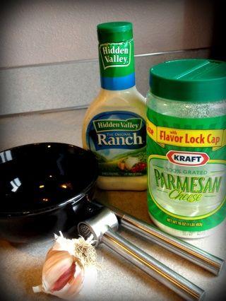 Mezclar el rancho, el ajo y el queso parmesano.