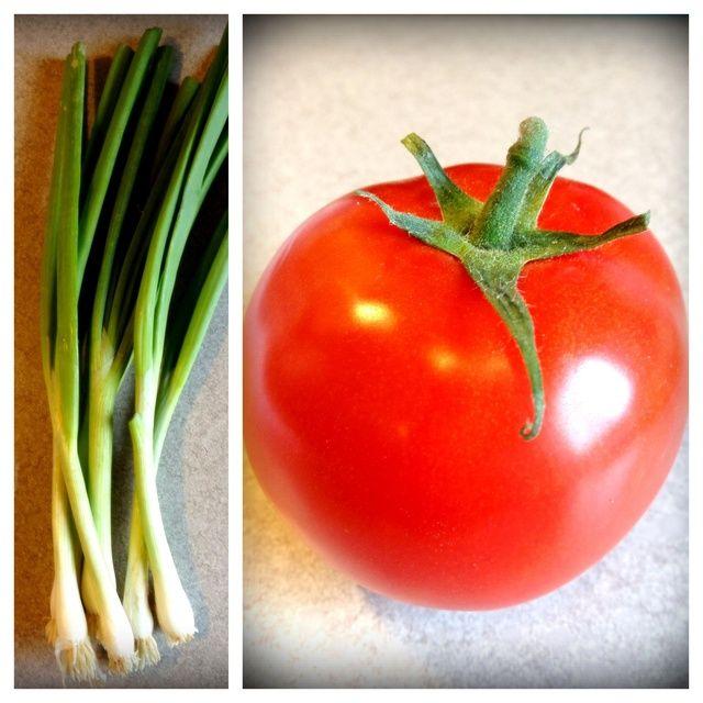 Cortar dos cebollas verdes y la mitad del tomate.