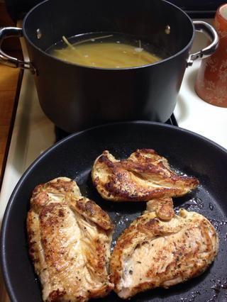 Grill de pollo ambos lados uniformemente. Me gusta para asegurarse de que el pollo esté crujiente, agrega más sabor a la comida