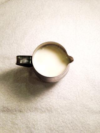 Mientras que el chocolate se derrite, verter la leche. Usé unos 8 oz de leche de grasa entera.