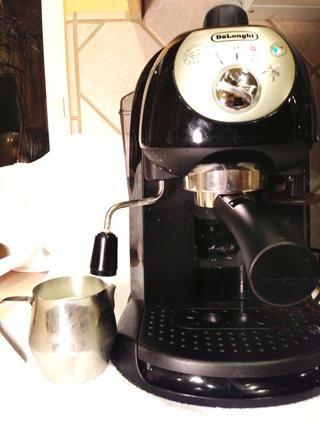 Si bien dejar que su fuego lento el chocolate, el vapor de su leche. También puede calentar sobre la estufa, o (Dios no lo quiera) en el microondas.