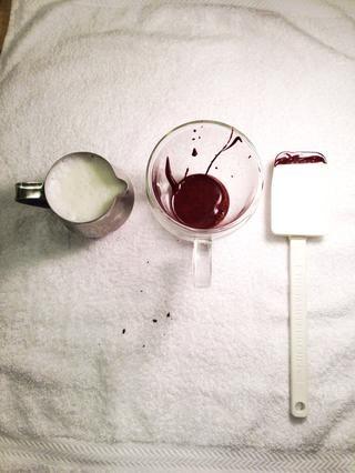 Después de la leche se calienta, se vierte el chocolate en su taza.