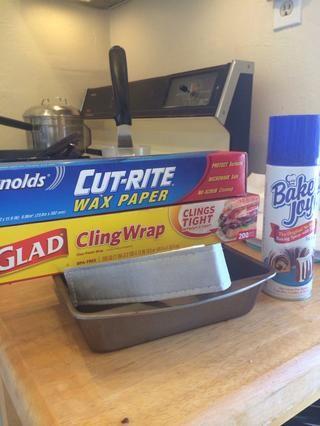 (Opcional) utiliza franja pastelera para una cocción uniforme más. Remojar las tiras en agua fría y colocar a lo largo de lado de la sartén. Para mantener en el lugar de uso de pinzas para el pelo o comprar algo con Velcro