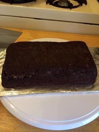 Deje que la torta se enfríe durante 15 minutos y luego envolver en plástico y colocar en el congelador hasta que se congele. Puse mi pastel en el congelador durante un día entero