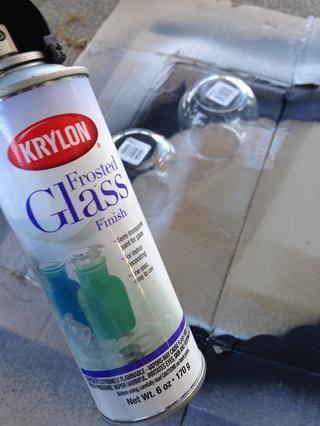 Prepara un espacio al aire libre para la pintura. He utilizado un trozo de cartón debajo de las gafas antes de rociar ellos.