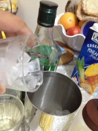 llenar la coctelera con hielo.