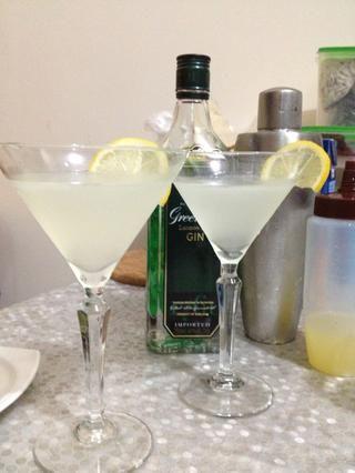servir en una copa de cóctel. adornar con una rodaja de limón.