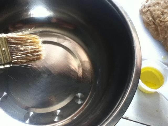 Añadir un poco de aceite a un recipiente limpio grande. Yo uso el aceite de oliva la luz alrededor de una cucharada.