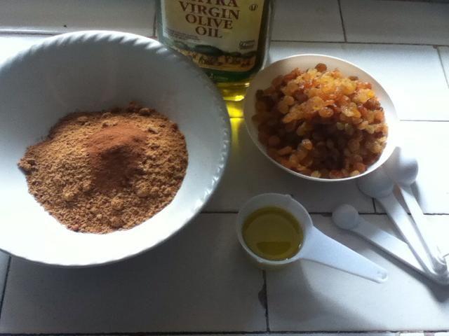 Para hacer que el lugar de llenado el azúcar moreno en un bol y agregar la canela. Con los dedos se mezclan hasta bien mezclado. Ponga a un lado hasta que sea necesario.