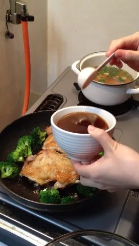 Añadir las verduras, si lo desea, y vierta la salsa sobre el pollo. Tape y cocine a fuego medio durante unos minutos.