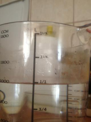 Hervir 1 litro de agua al tiempo que añade el jengibre, jugo de limón y la cáscara y ...
