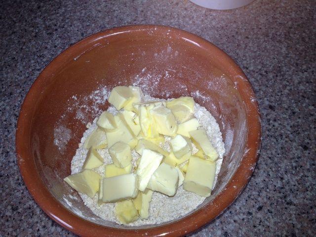 Mantequilla Cubo y añadir a la taza