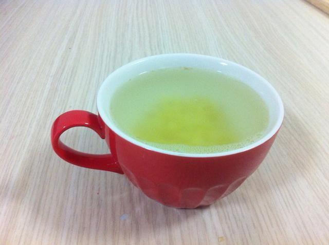 Añadir el agua hirviendo para el jengibre y espere a que se enfríe (unos 20 minutos). El agua caliente se descompone el limón y miel para que ganaste't get the best health benefits, plus it needs time to soak.