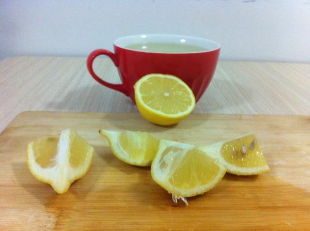 Mientras espera cortar el limón.