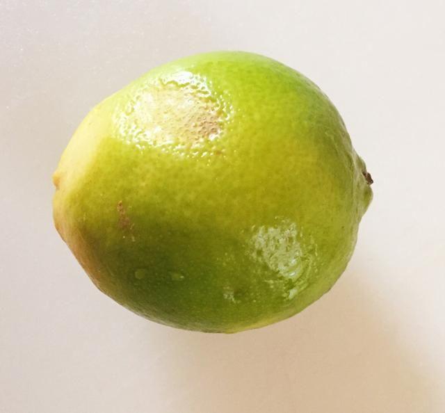 Lavar y pelar un limón. Trate de obtener la mayor parte del verde y tan poco de los blancos como posible- la parte blanca es amarga. Guarde la cáscara. Exprima el jugo del limón pelado.