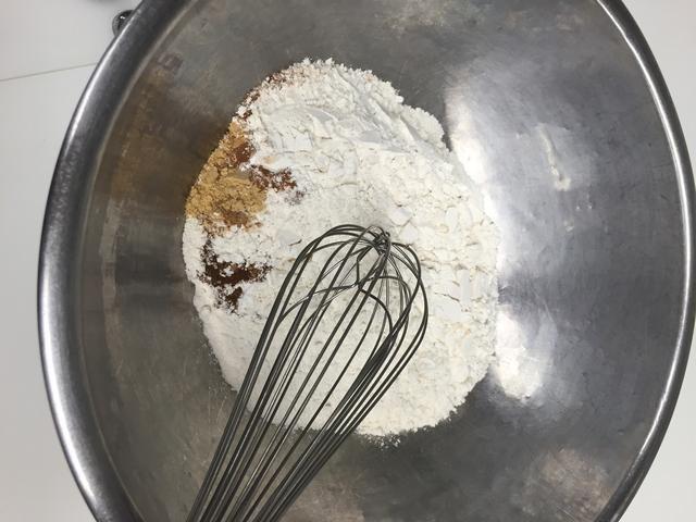 Agregar los condimentos y sal a la harina y batir.