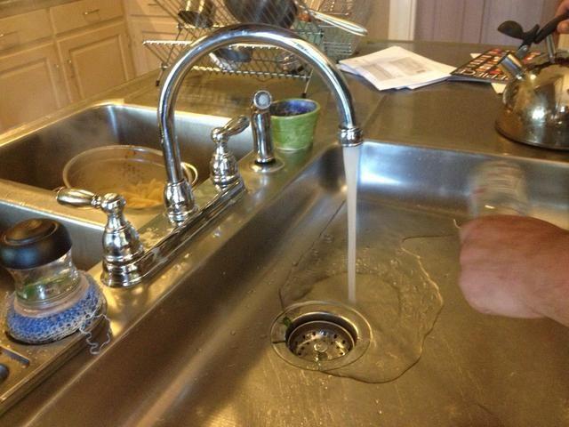 Ejecutar un poco de agua fría una vez que hierva el agua