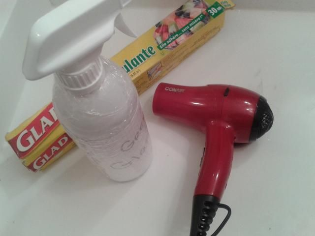 Envoltura de plástico alrededor de su frasco bien. usted'll need a hair dryer for the next step.