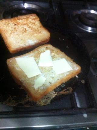 Agregue el queso al lado cocinado de una sola pieza. Usted puede agregar toda la rebanada. Soy un lil consciente: p y cubrir con la otra rebanada de pan