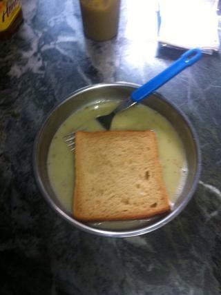Sumergir ambos lados de una rebanada de pan