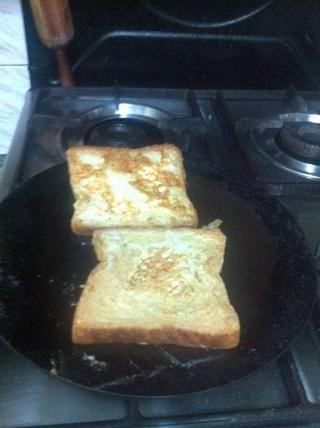 Póngalo en la sartén con aceite en la estufa. El aceite debe ser extendido por todo el molde. Da la vuelta al pan.