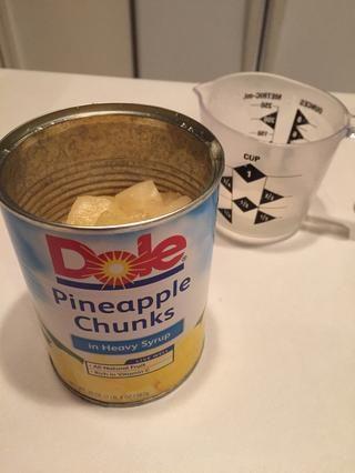 Vierta un poco de jugo de piña en una taza y dejar de lado (que va a utilizar 1 cucharada de jugo de tarde en la receta.)