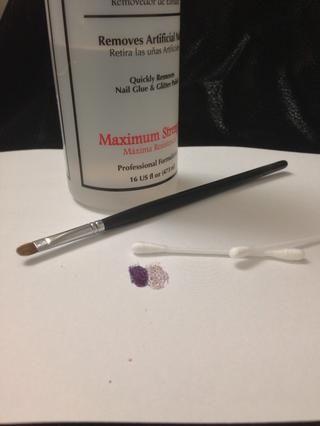Coge tu acetona, cepillo de uñas o q-tips, y limpiar el esmalte de uñas de acceso alrededor de la uña y la cutícula.