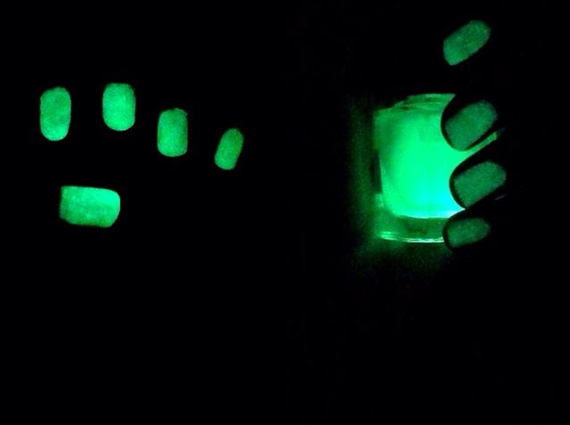 Cómo hacer Resplandor en el esmalte de uñas oscuro