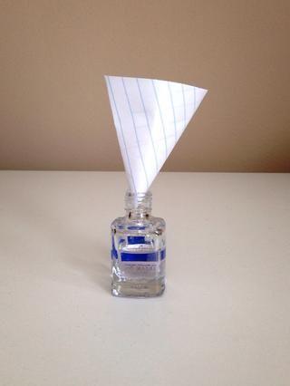 Ponga su máscara, y el uso de un embudo (hice uno con un pedazo de papel y cinta) vierta una cucharadita de polvo. Tenga cuidado de que el polvo es muy fino y puede ser inhalado. Limpie cualquier exceso de polvo.