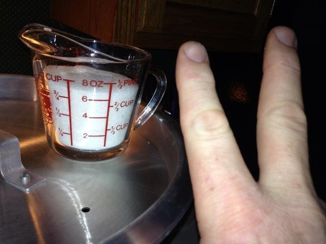Agregar 2 tazas de azúcar y cocine a fuego lento durante una hora