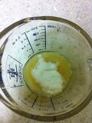 Añadir el puré de manzana y 1/2 cucharadita de bicarbonato de soda y revuelva juntos