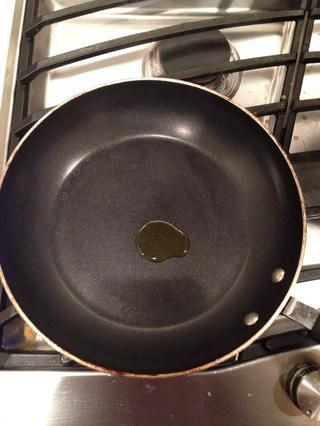 Añadir el aceite de oliva a una cacerola