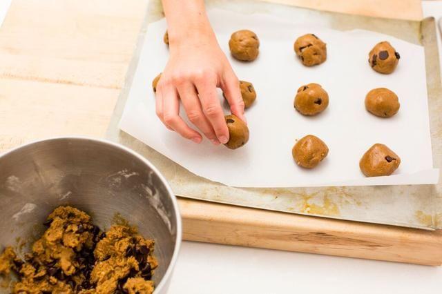 Rollo de masa en bolas de 1 pulgada y colocar en bandeja de horno.