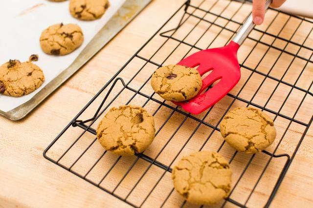 Retire las galletas del horno y colocar sobre una rejilla para enfriar durante al menos 5 minutos.