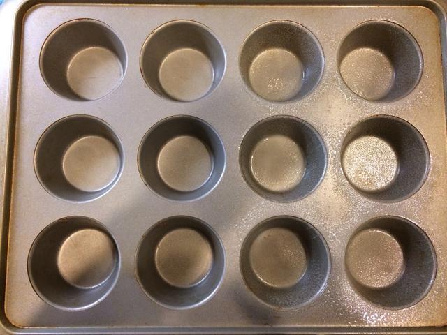 Rocíe un molde para muffins con Pam o aceite de oliva
