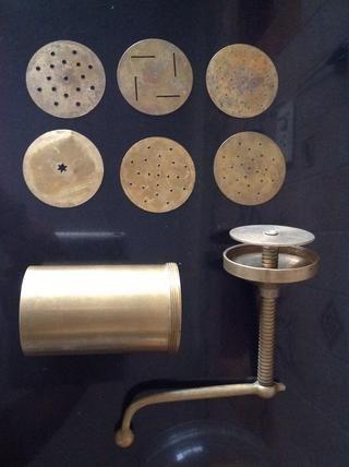 Para hacer roundies tradicionales de la India, se utiliza este molde. Si no't have it don't worry, you can use a piping bag with a star nozzle.