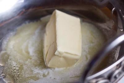 En una sartén, caliente 1/2 taza de mantequilla sin sal (1 barra) hasta que hace espuma y clarifica.