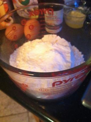 Mezcle los ingredientes secos: harina, polvo de hornear y el bicarbonato de sodio, en un recipiente.