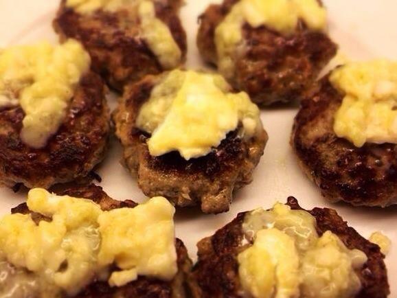 Cuando esté cocido, agregue el queso de cabra en la parte superior.