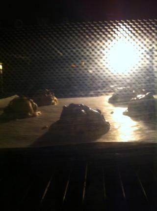Cocer en el horno durante 10 - 15 minutos, dependiendo de cómo masticable o sin cocer que les gusten (masticable: marrón alrededor de los bordes, no tan de color marrón en la parte superior)