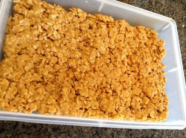 Extienda la mezcla de cereal en forma pareja en 9